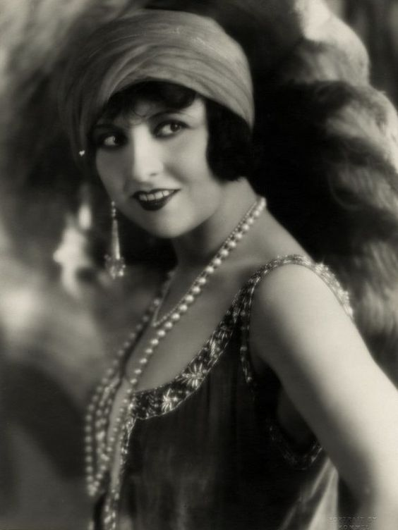 Costume ideas for a Roaring 20's Flapper Party | Shot In